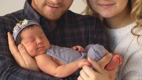 Счастливая семья держит Newborn дочь 4K акции видеоматериалы