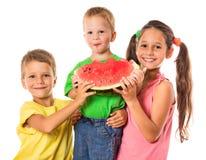 Счастливая семья есть арбуз Стоковая Фотография