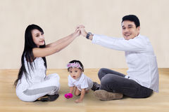 Счастливая семья делая домашний знак дома Стоковые Фото