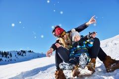 Счастливая семья едет розвальни в древесине зимы, жизнерадостных развлечениях зимы Стоковое фото RF