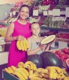Счастливая семья женщины и девушки принимая различные плодоовощи стоковое фото