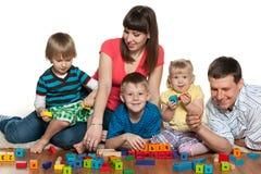 Счастливая семья играет на поле Стоковые Фотографии RF
