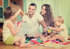 Счастливая семья играя в домашнем интерьере Стоковая Фотография RF