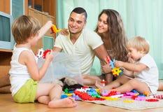 Счастливая семья играя в домашнем интерьере Стоковое Изображение RF