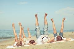 Счастливая семья играя на пляже на времени дня Стоковая Фотография