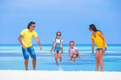 Счастливая семья играя совместно на белом пляже Стоковое Фото