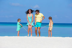 Счастливая семья играя совместно на белом пляже Стоковое Изображение RF