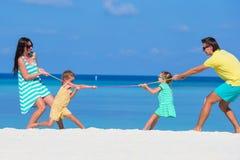 Счастливая семья играя совместно на белом пляже Стоковое фото RF