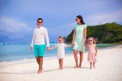 Счастливая семья играя совместно на белом пляже Стоковые Фотографии RF