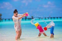 Счастливая семья играя с пляжем забавляется на тропических каникулах Стоковое фото RF