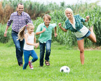 Счастливая семья играя шарик Стоковые Фото