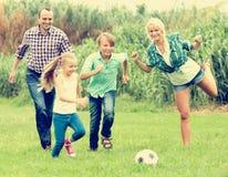 Счастливая семья играя шарик Стоковое Фото