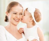 Счастливая семья. Игры дочери матери и младенца, обнимать, целуя Стоковые Фото