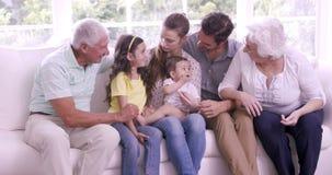 Счастливая семья из нескольких поколений на софе сток-видео