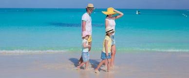 Счастливая семья из четырех человек на карибских каникулах праздника Стоковые Фотографии RF