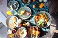 Счастливая семья имея завтрак Стоковое Изображение RF