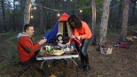 Счастливая семья имея пикник в лесе осени акции видеоматериалы