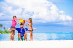 Счастливая семья имея потеху во время пляжа лета Стоковая Фотография