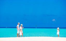 Счастливая семья имея потеху на белом пляже стоковое изображение