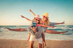 Счастливая семья имея потеху на летних каникулах Стоковые Фотографии RF