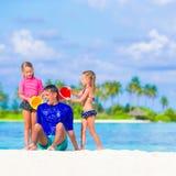Счастливая семья имея потеху на каникулах пляжа Стоковая Фотография