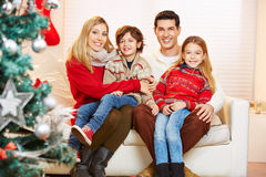 Счастливая семья и дети празднуя рождество Стоковые Фотографии RF
