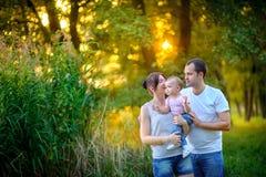 Счастливая семья идет в парк Стоковые Изображения