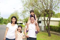 Счастливая семья идет Стоковая Фотография