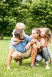 Счастливая семья и 2 дет Стоковое Фото