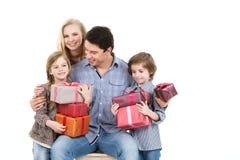 Счастливая семья и подарки детей ходя по магазинам стоковые фотографии rf