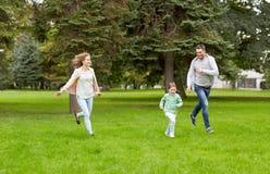 Счастливая семья идя в парк лета Стоковые Фотографии RF