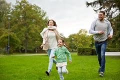 Счастливая семья идя в парк лета Стоковые Изображения RF
