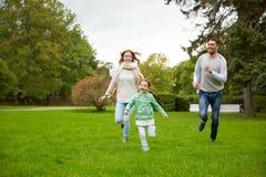 Счастливая семья идя в парк лета Стоковая Фотография