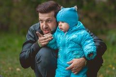 Счастливая семья идя в парк осени: Прелестный папа учит молодому сыну Стоковые Фотографии RF