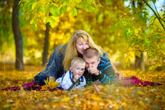 Счастливая семья идя на природу осени Стоковое Фото