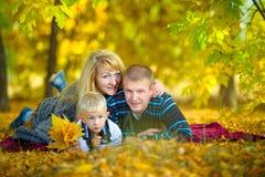 Счастливая семья идя на природу осени Стоковое Изображение RF