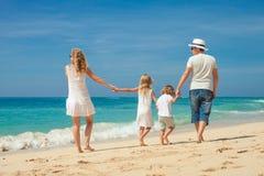 Счастливая семья идя на пляж на времени дня Стоковая Фотография RF