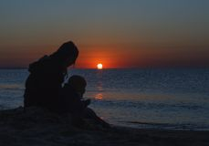 Счастливая семья идя на пляж Стоковая Фотография RF
