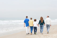 Счастливая семья идя на пляж стоковые фотографии rf