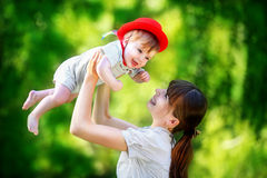 Счастливая семья, мама и маленький сын имея потеху в парке Лето Стоковое фото RF