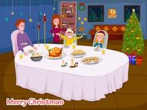 Счастливая семья наслаждаясь едой на обеденном столе празднуя с Рождеством Христовым праздник Стоковые Фото