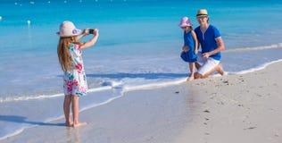 Счастливая семья наслаждаясь каникулами пляжа Стоковая Фотография