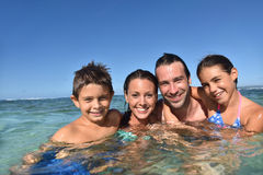 Счастливая семья наслаждаясь купать в море Стоковая Фотография