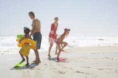 Счастливая семья наслаждаясь на пляже стоковые изображения