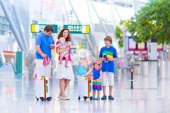 Счастливая семья на авиапорте Стоковое Изображение