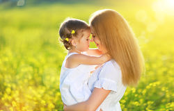 Счастливая семья на лете обнимать дочери младенца ребенка маленькой девочки Стоковое Изображение RF