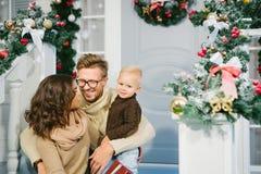 Счастливая семья на заднем плане украшений рождества Стоковые Фотографии RF