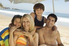 Счастливая семья на каникуле пляжа Стоковые Фотографии RF