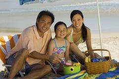 Счастливая семья на каникуле пляжа стоковые изображения
