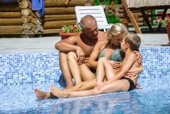 Счастливая семья на каникуле стоковая фотография